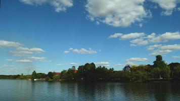 Timelapse de un cielo azul con nubes sobre una isla