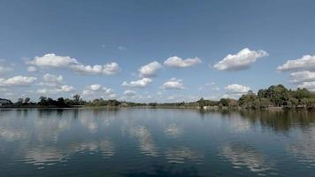 céu azul nublado sobre um rio e árvores video