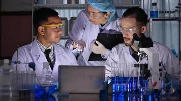uma equipe de pesquisa trabalhando no laboratório video