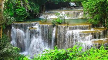 Cascada de Huay Mae Khamin, un hermoso refugio en medio del bosque en Kanchanaburi, Tailandia video