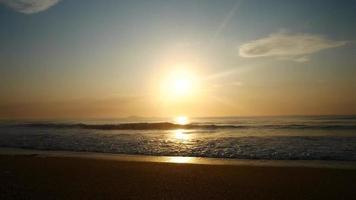 sol saliendo sobre el horizonte