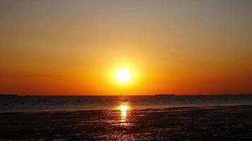paisagem do pôr do sol e gaivotas no mar de bang pu, tailândia