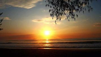 amanecer en la playa. video