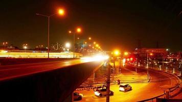 iluminação e tráfego à noite em bangkok, Tailândia
