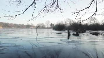 um lago congelado de uma perspectiva baixa video