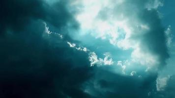 a luz do sol através das nuvens video