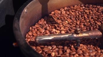 café en una máquina tostadora video