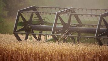 un tracteur agricole travaillant