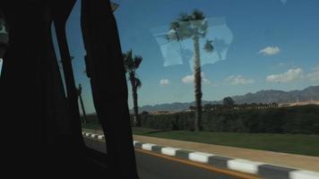 la carretera vista desde la ventana de un coche