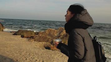 mulher caminhando na praia video