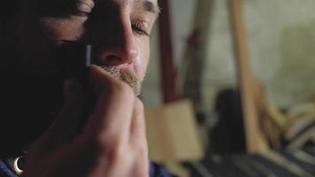 Mann kämmt seinen Schnurrbart