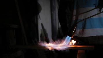 un hombre trabaja con una antorcha de gas