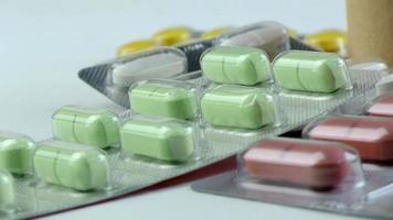 pílula médica e tablet girando sobre uma mesa