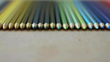 crayons de couleur alignés sur la texture en bois