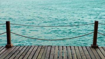 el muelle y el mar claro