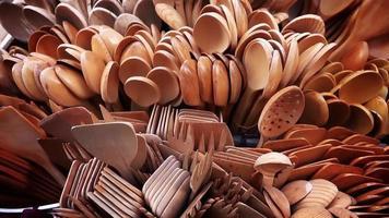 garfos e colheres de madeira feitos à mão video