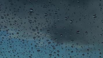 gotas de lluvia en el parabrisas de un coche