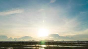 pôr do sol atrás das nuvens e da montanha