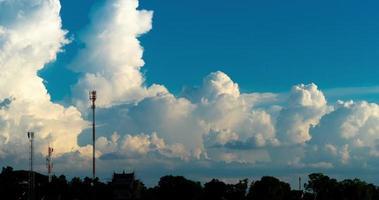 três antenas e grandes nuvens
