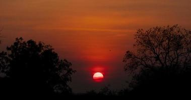 una puesta de sol roja