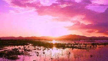 tramonto rosa dietro le montagne nel serbatoio