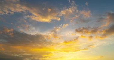 stratocumulus wolk met oranje licht