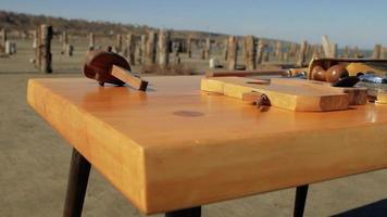 Herramientas para trabajar la madera en una mesa de madera video