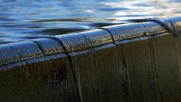el agua fluye suavemente de la piedra de mármol video