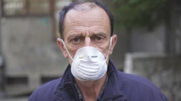 hombre con mascara