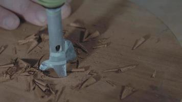 a broca forstner faz um furo na placa de madeira