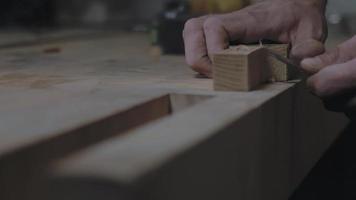 manos cortando una pieza de madera con un cuchillo video