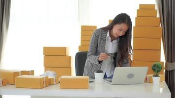 joven empresaria asiática trabajando desde casa