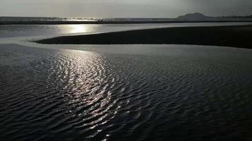 malerische Ansicht des gewellten Meeres während des Sonnenuntergangs