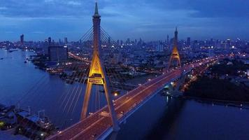 Bhumiphol Bridge e il fiume a Bangkok, in Thailandia video