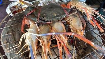 close up de caranguejo fresco e camarão na grelha video