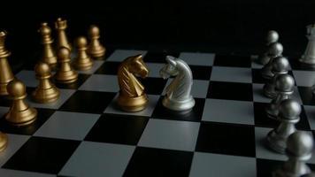 tablero de ajedrez y piezas de caballos.