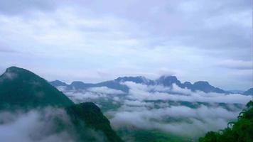 paisagem montanhosa e nuvem de árvore verde na estação das chuvas. video