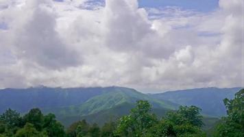 vista da névoa da manhã e montanhas de calcário.