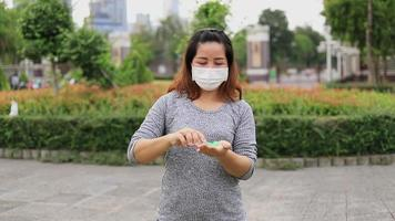 las mujeres se limpian las manos con desinfectante video
