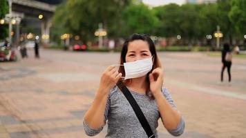 usando máscara protectora concepto de salud y seguridad vida