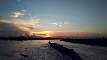 lapso de tempo pôr do sol no rio chao phraya video