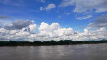 rio mekong e céu azul