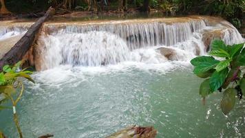 Erawan Wasserfall im schönen Wald Kanchanaburi