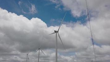turbina de viento y cielo azul video