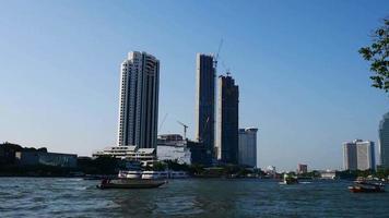 vistas do rio chao phraya e tráfego de barcos