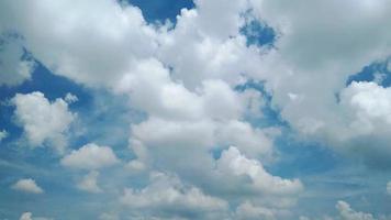 lapso de tempo de nuvens e céu azul video