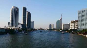 vistas de lapso de tempo do rio chao phraya, na tailândia.