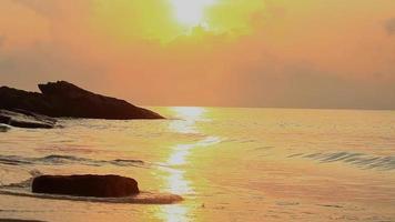 amanecer en el mar dorado