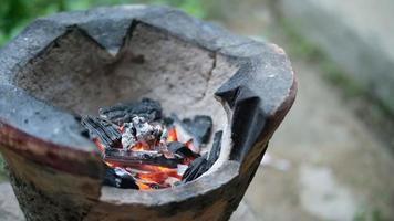quema de carbón en la estufa