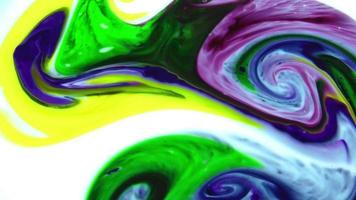 inchiostro viola, blu, verde e giallo astratto che si mescolano